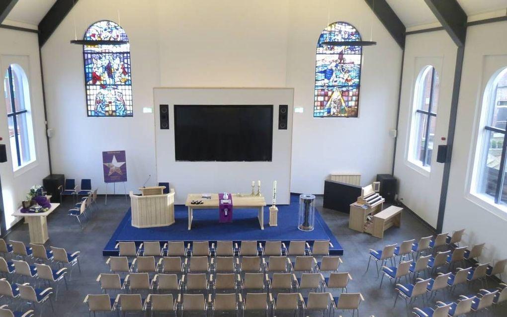 Een groot videoscherm, een digitaal orgel en glas-in-loodramen geven het liturgisch centrum mede vorm. beeld Jan Dirk van Scheyen