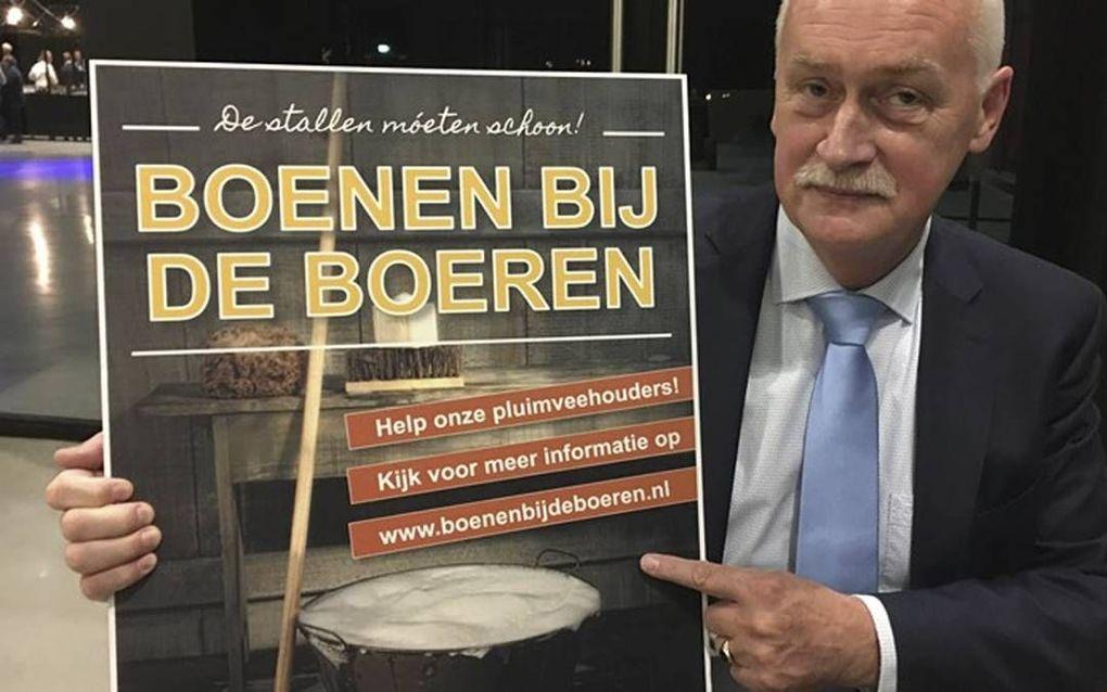 BARNEVELD. Burgemeester Van Dijk van Barneveld roept vrijwilligers op om te helpen bij het schoonmaken van kippenstallen.beeld Omroep Gelderland