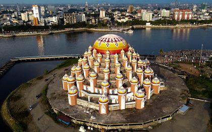 Moskee in de stad Makassar op Sulawesi (Indonesië). beeld AFP, Indra Abriyanto