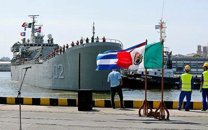 Een schip met noodhulp uit Mexico in de haven van Havana, de hoofdstad van Cuba. beeld EPA, Ernesto Mastrascusa