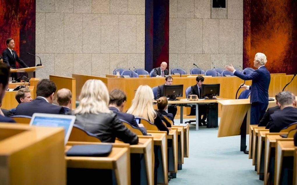 """""""Het is in Nederland nooit gelukt om een grote conservatieve partij in de Kamer te krijgen."""" Foto: premier Rutte, informateur Zalm en PVV-fractievoorzitter Wilders tijdens het Tweede Kamerdebat over het eindverslag van de informatie. beeld ANP, Bart Maat"""