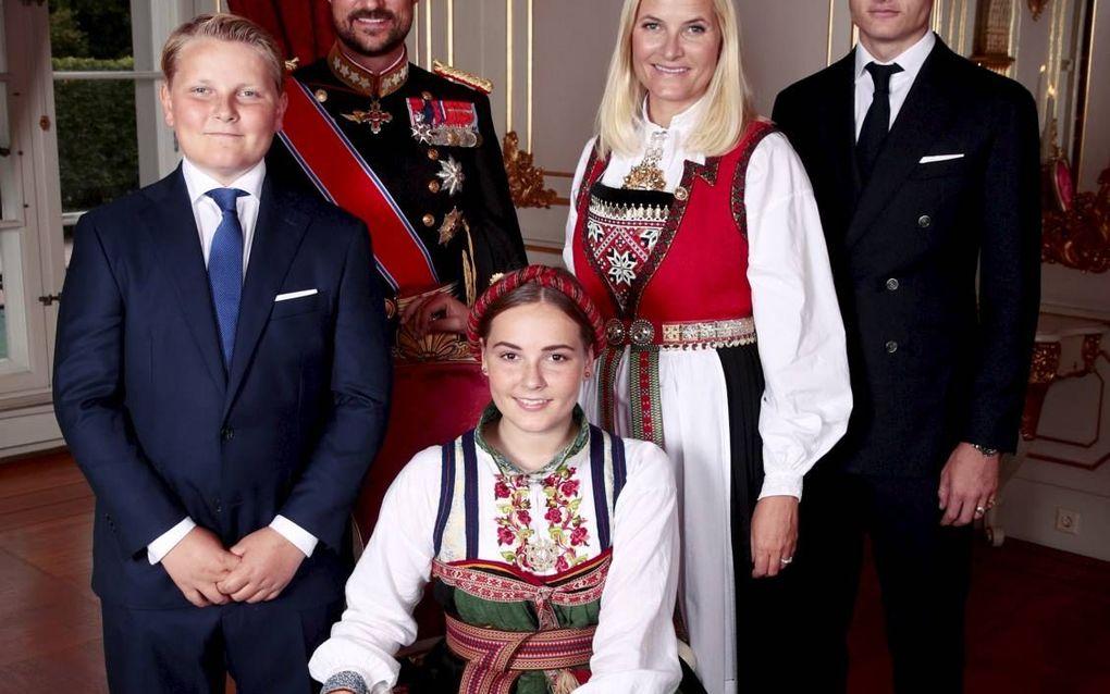 Het kroonprinselijk gezin van Noorwegen. V.l.n.r.: prins Sverre Magnus (13), kroonprins Haakon, prinses Ingrid Alexandra (15), kroonprinses Mette-Marit en Marius Borg Høiby (22).beeld EPA, Lise Aserud