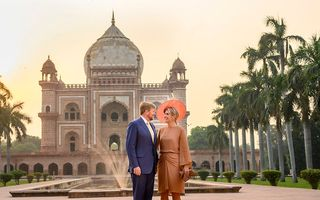 Koning Willem-Alexander en koningin Máxima poseren bij het mausoleum van Safjardung in New Delhi. Het koningspaar brengt een vijfdaags staatsbezoek aan India. beeld ANP