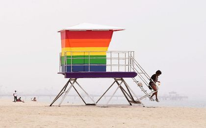 Strand met wachthuisje in regenboogkleuren in Long Beach, Califoranië. beeld AFP, Frederic J. Brown