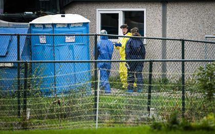 Medewerkers van de NVWA zijn dinsdag bezig met de ruiming van het door vogelgriep getroffen pluimveebedrijf in Zeewolde. beeld ANP, Jeroen Jumelet