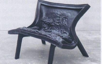Bij zijn afscheid als docent aan de Academie voor Beeldende Kunsten in Den Haag kreeg Wim S. Ros een door Nynke Koster ontworpen 'Ghibertistoel'. beeld Wim S. Ros
