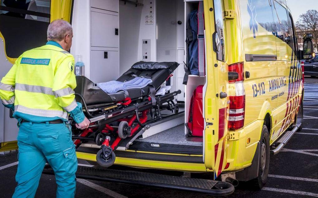 """""""Veel ambulanceverpleegkundigen voelen zich, als ze het verzoek krijgen bij een pati-ent een euthanasienaaldje in te brengen, met deze opdracht belast."""" beeld ANP, Lex van Lieshout"""