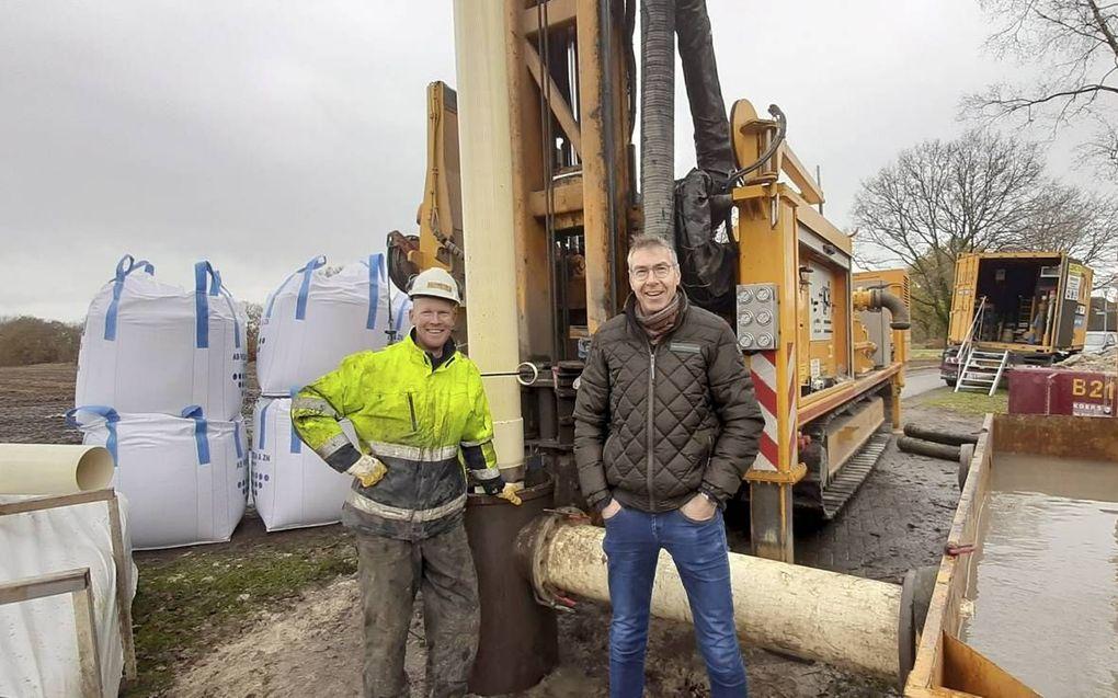 Henri van 't Hof (l.) voerde dinsdag samen met Stef Heerema (r.) een 70 meter diepe boring uit bij het Drentse Langelo.beeld Stef Heerema