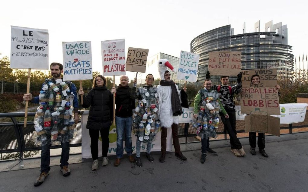 Anti-plasticbetogers dinsdag bij het Europese Parlement. beeld EPA, Patrick Seeger