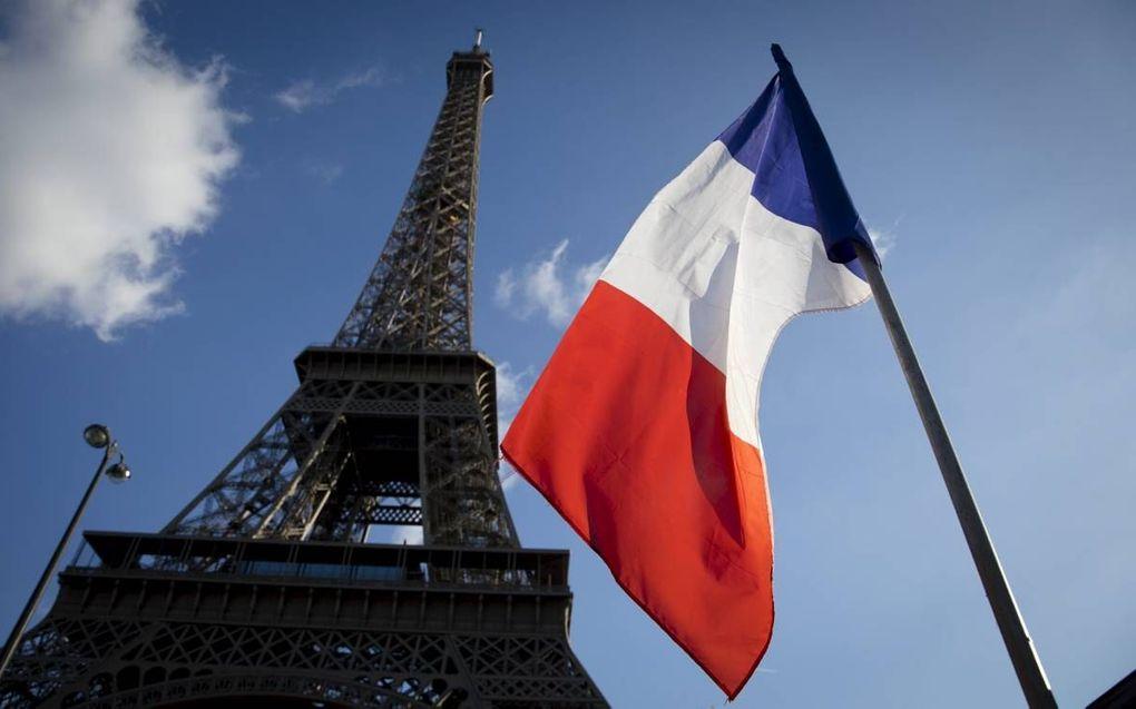 """""""Het schoolvak Frans blijft belangrijk, onder meer omdat Frankrijk als brug dient naar de mediterrane wereld."""" Foto: Een Franse vlag bij de Eiffeltoren in Parijs. beeld ANP, Bart Maat"""