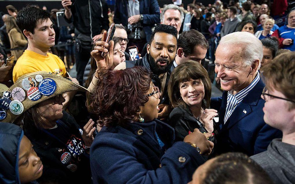 Joe Biden spreekt met aanhangers in de staat South Carolina, waar zaterdag voorverkiezingen worden gehouden. beeld AFP