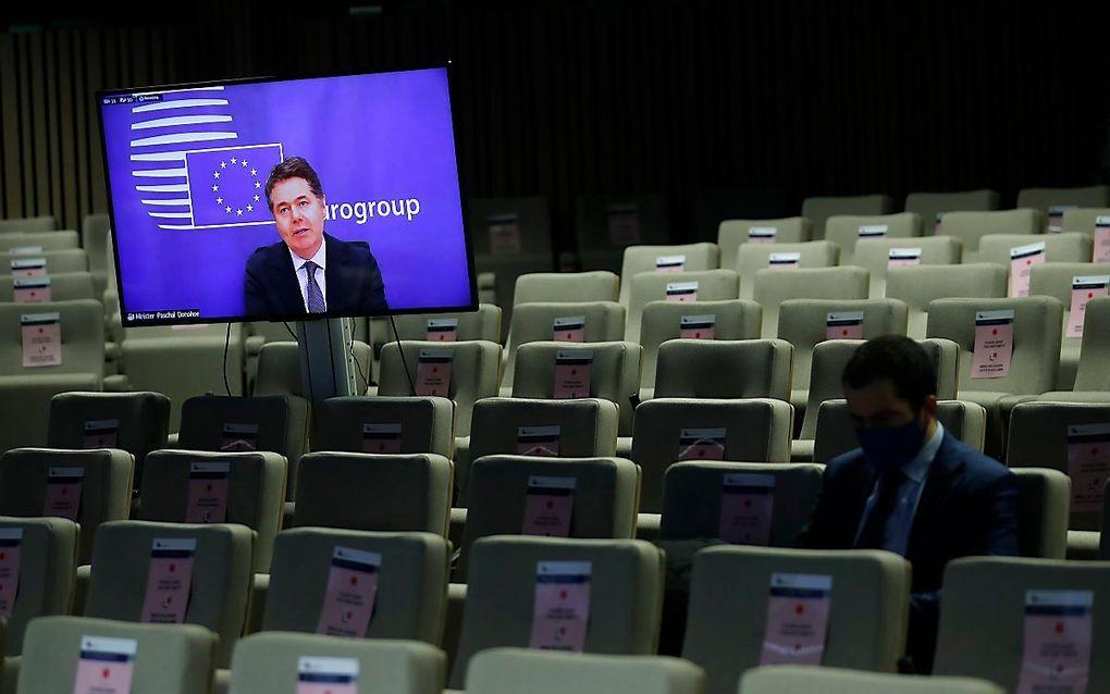 Eurogroepvoorzitter Paschal Donohoe praat online de media bij over de uitkomsten van de vergadering van de ministers van Financiën van de eurozone. beeld EPA, Francisco Seco