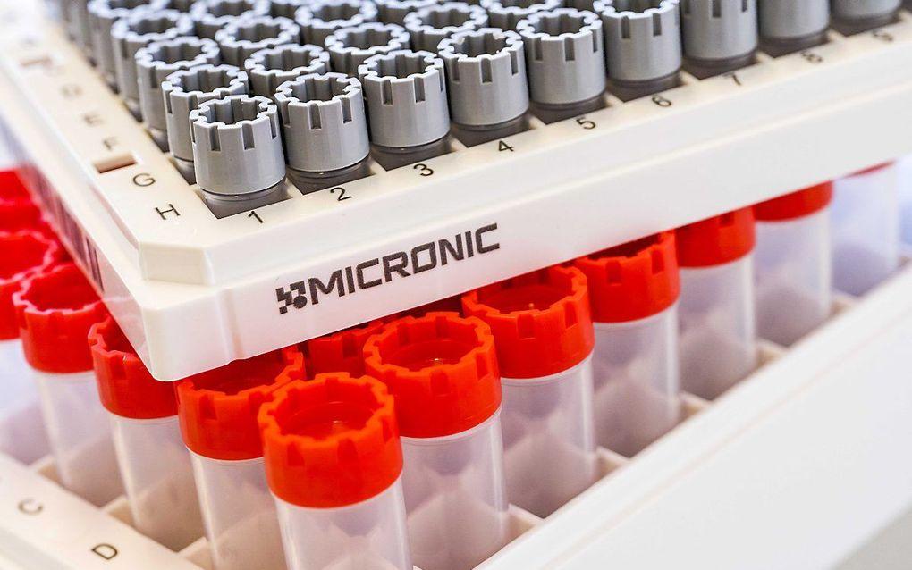 Kunststof buisjes van het bedrijf Micronic, die worden gebruikt bij de coronatests. beeld ANP, Lex van Lieshout