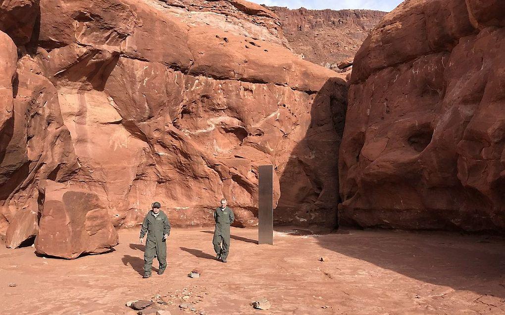 Mensen inspecteren de monoliet in de woestijn van Utah. beeld EPA, Utah Department of Public Safety