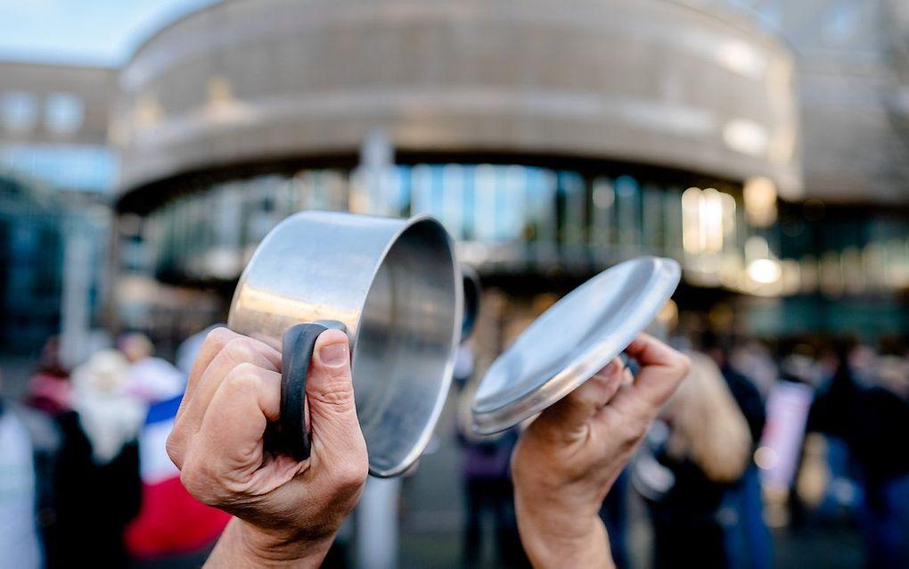 Demonstranten van de groep Viruswaarheid staan op het Plein tegenover de Tweede Kamer lawaai te maken met fluitjes, potten en pannen. beeld ANP, Bart Maat