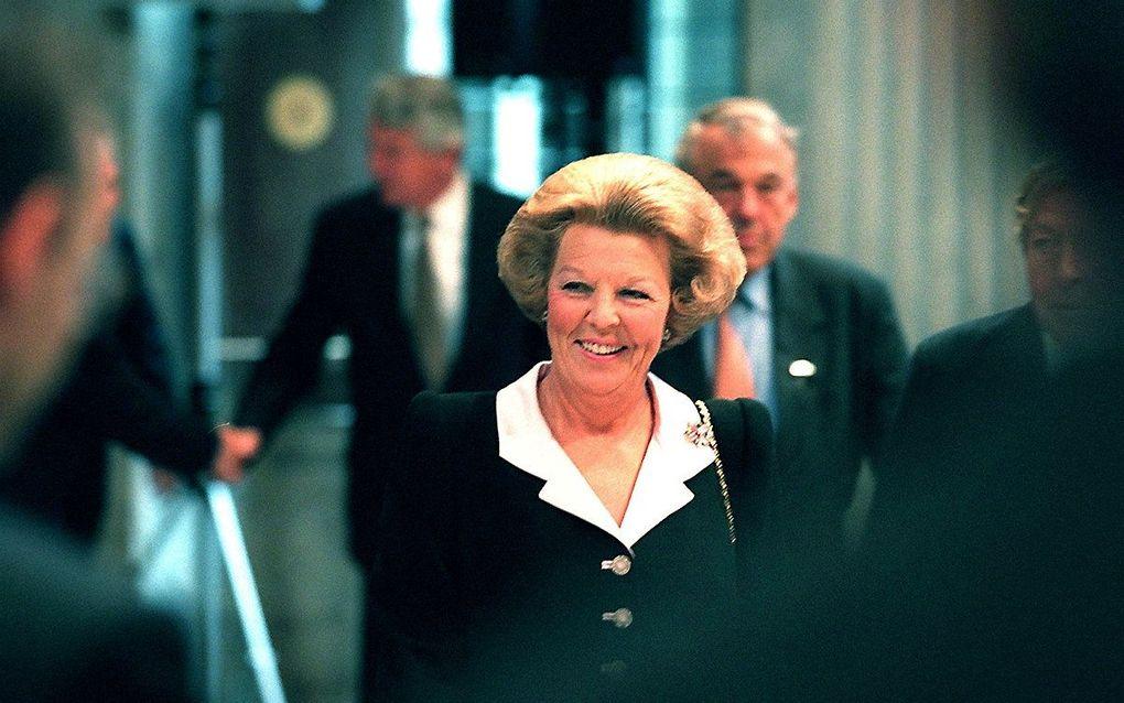 Koningin Beatrix met achter haar Van Mierlo. beeld ANP