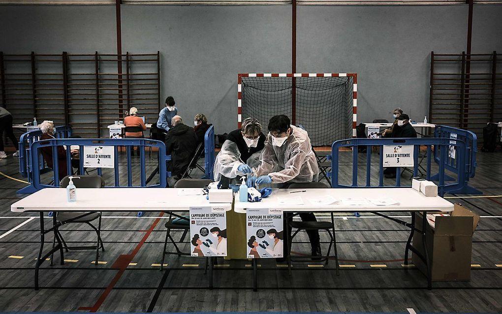 Coronatestcentrum in Saint-Etienne, Frankrijk. beeld AFP, Jean-Philippe Ksiazek