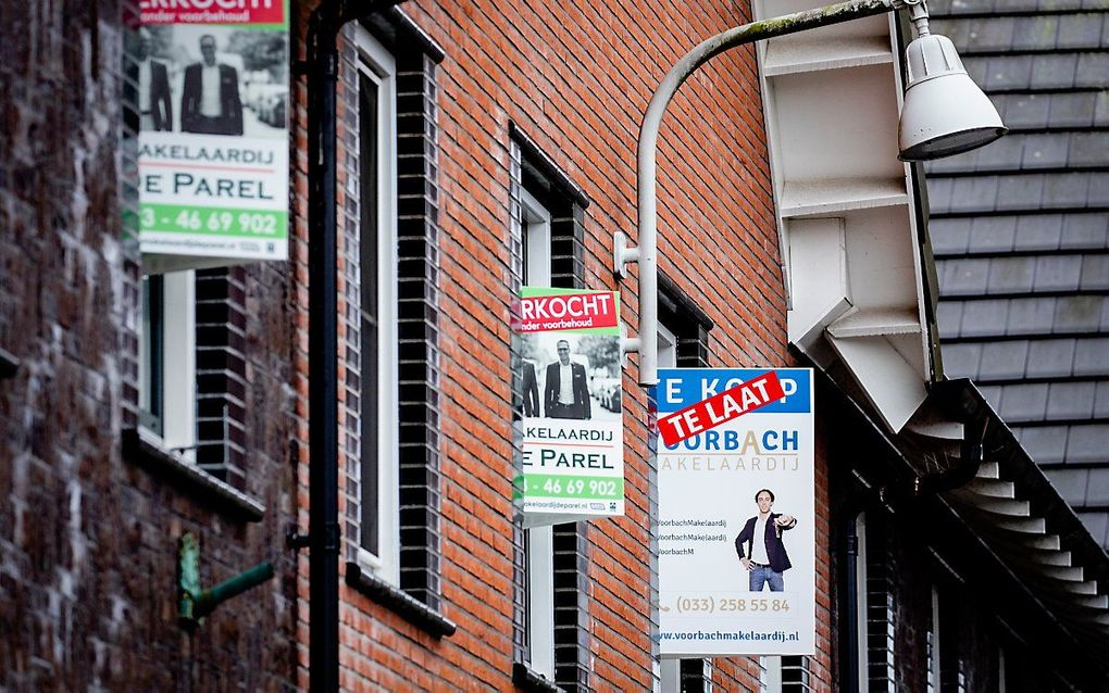 Verkochte huizen in de Amersfoortse wijk Vathorst. De krapte op de Nederlandse woningmarkt is in het vierde kwartaal van vorig jaar verder toegenomen. beeld ANP, Sem van der Wal