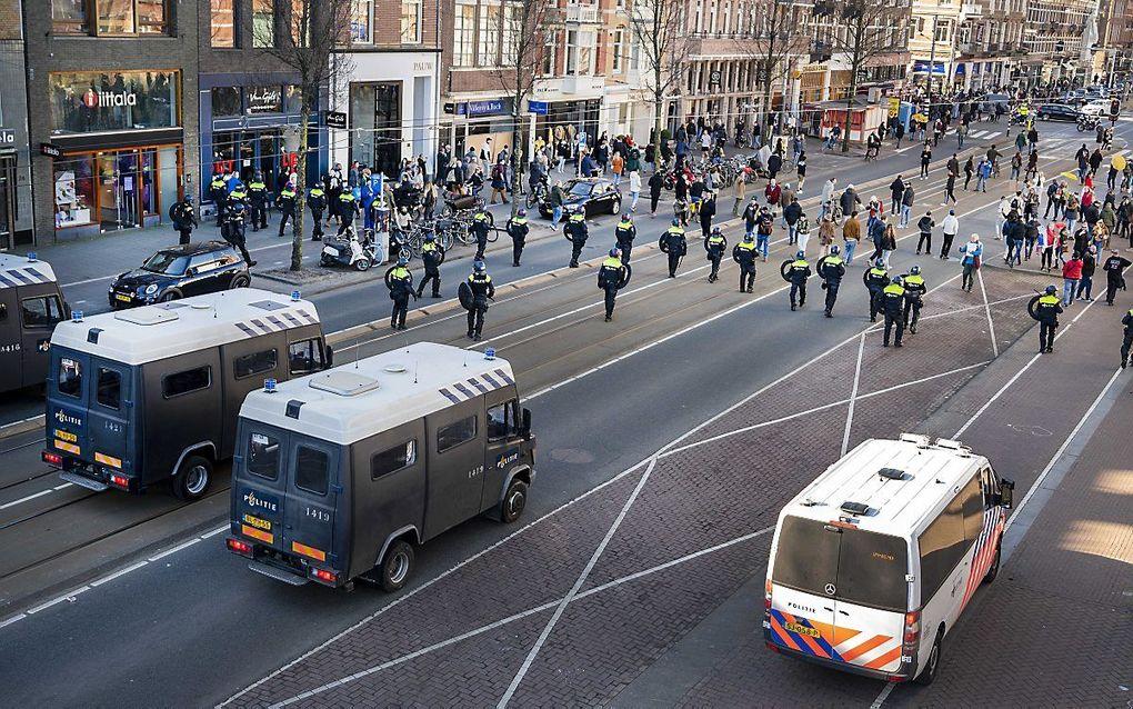 Wie afgaat op sociale media denkt dat de meeste Nederlanders moeite hebben met de coronamaatregelen, maar dat beeld is onjuist. Foto: de politie beëindigt een demonstratie in Amsterdam. beeld EPA, Evert Elzinga