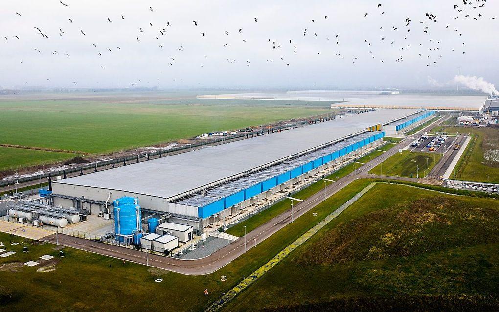 Dronefoto van een datacenter van Google in Middenmeer (Hollands Kroon). Google gebruikt datacenters over de hele wereld om zijn diensten draaiende te houden, van Gmail tot YouTube en van Google Drive tot Maps. beeld ANP SEM VAN DER WAL
