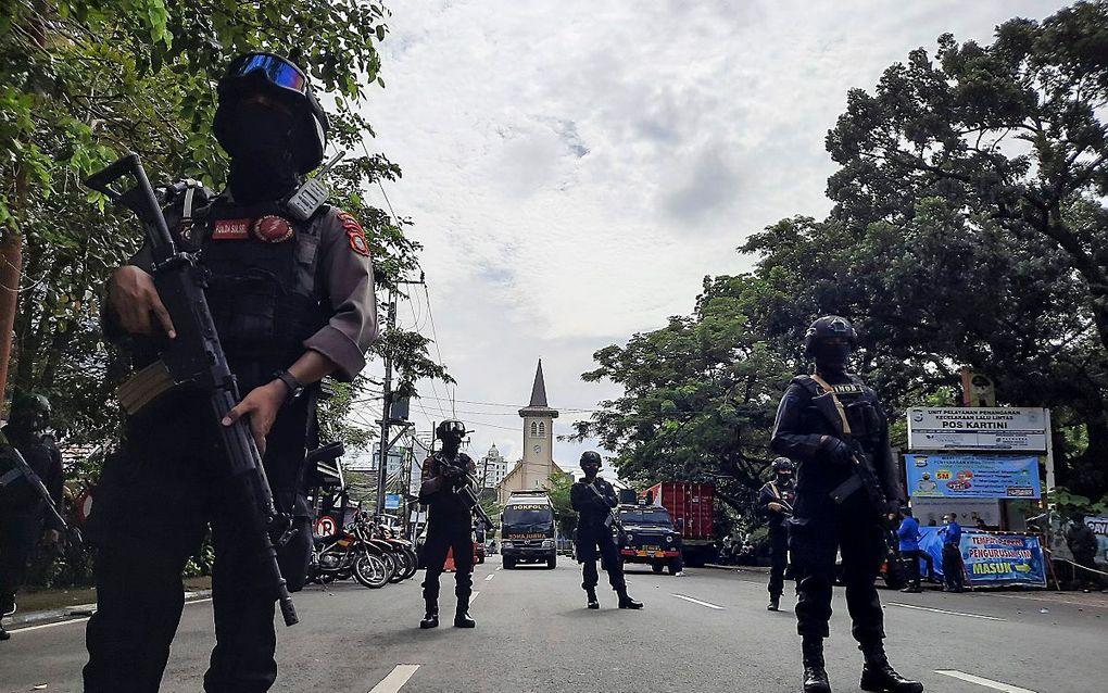Politie voor de rooms-katholieke kerk in Makassar, Sulawesi, die zondag werd getroffen door een aanslag. beeld EPA, Daeng Mansur