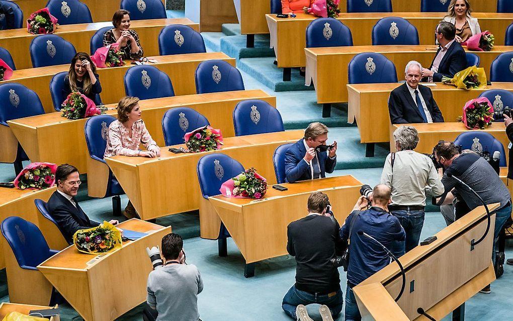 Mark Rutte (VVD) en Pieter Omtzigt (CDA) in de plenaire zaal, voorafgaand aan hun beediging als Kamerlid. beeld ANP, Bart Maat