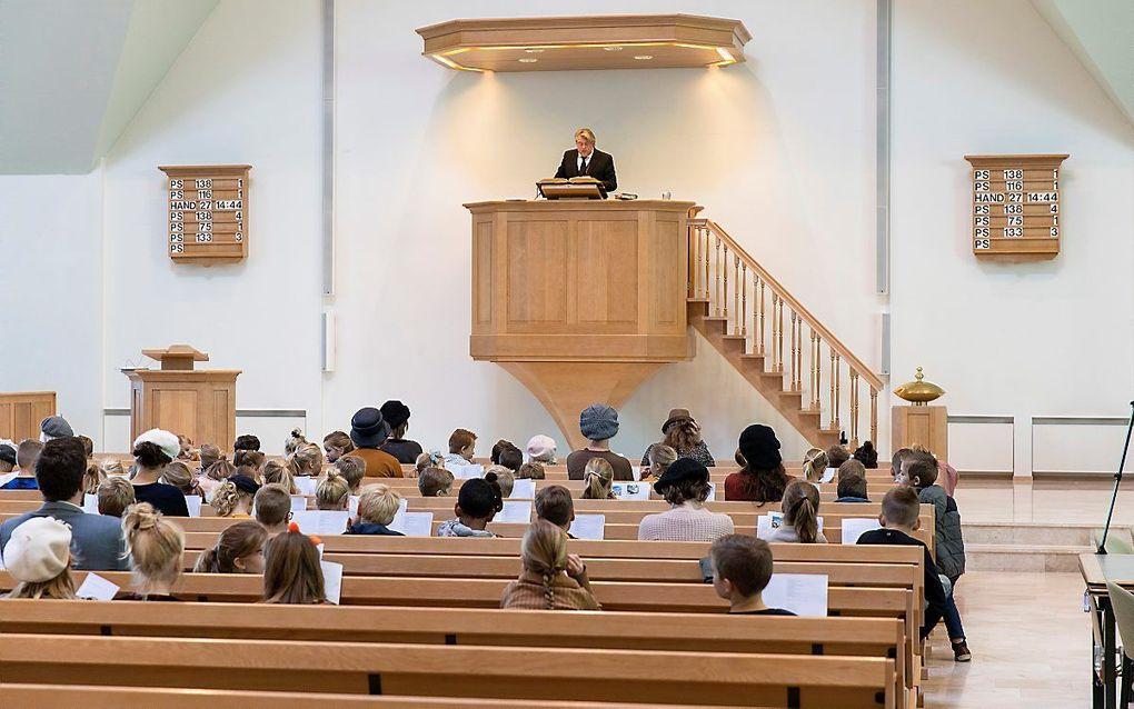Een kerkdienst van de gereformeerde gemeente in Bodegraven op 1,5 meter afstand. beeld RD, Henk Visscher