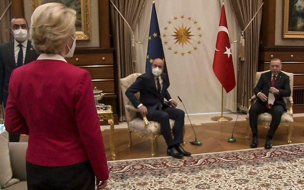 Von der Leyen werd afgescheept met een plaats op de bank tegenover Erdogans buitenlandminister, ver van Erdogan en Michel. beeld AFP