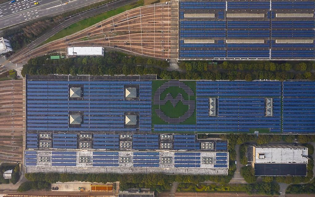 Zonnepanelen op het dak van een metrostation in Shanghai. beeld EPA, Alex Plavevski