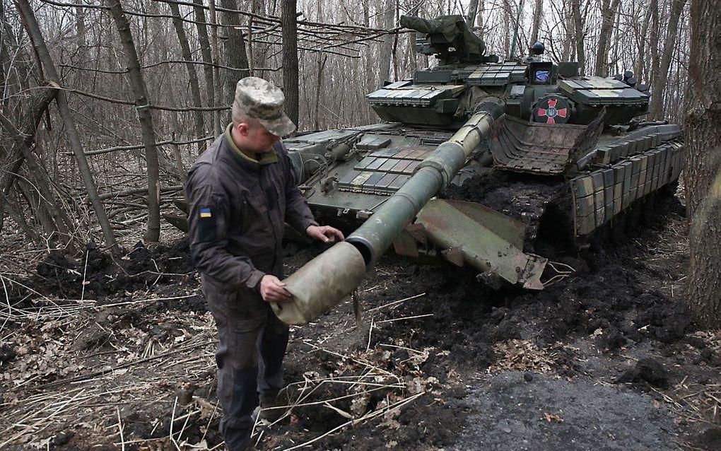 Een Oekraïnse militair aan het werk met zijn tank, nabij de frontlinie. beeld STR/AFP