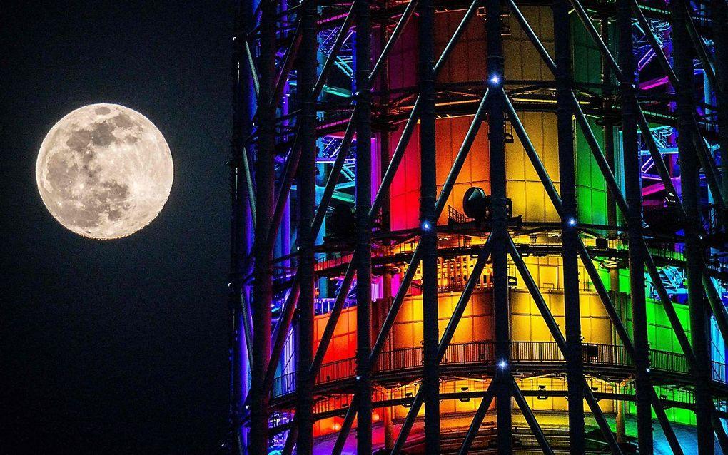 """Een bijna volle maan naast de """"Tokyo Skytree"""" in de Japanse hoofdstad Tokio. beeld AFP, Philip FONG"""
