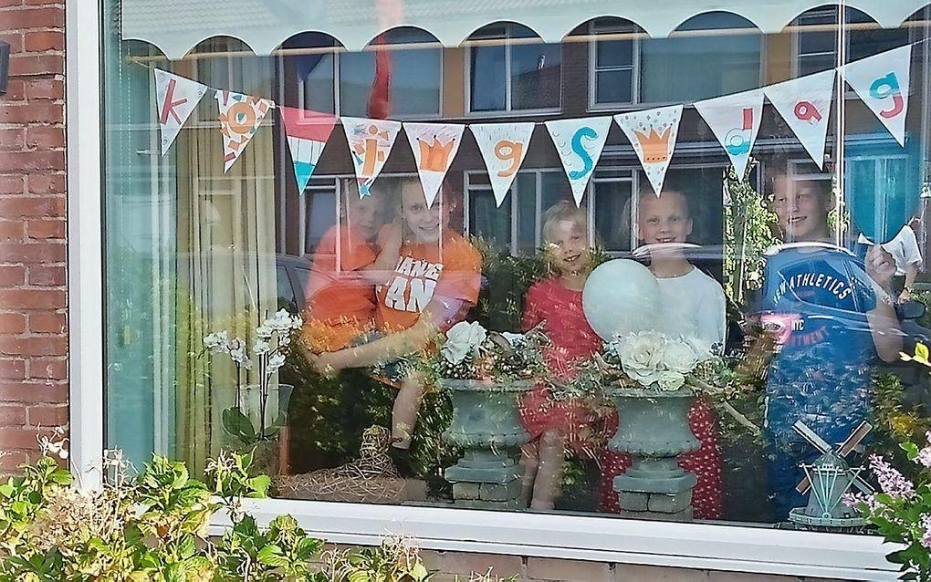 Koningsdag 2021 wordt opnieuw een Woningsdag, evenals in 2020. Foto: Feest achter de ramen in Benthuizen. beeld Metine van der Hoek