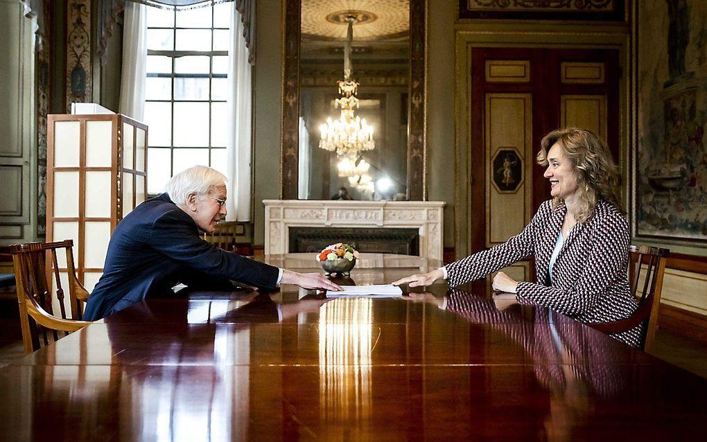 Herman Tjeenk Willink overhandigt zijn eindverslag aan Kamervoorzitter Vera Bergkamp. beeld ANP, Remko de Waal