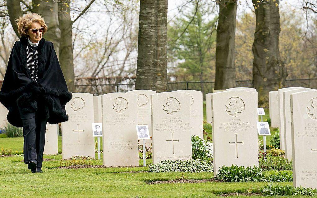 Prinses Margriet heeft maandagmiddag de Canadese militaire erebegraafplaats in Groesbeek bezocht. beeld ANP, Jeroen Meeuwsen