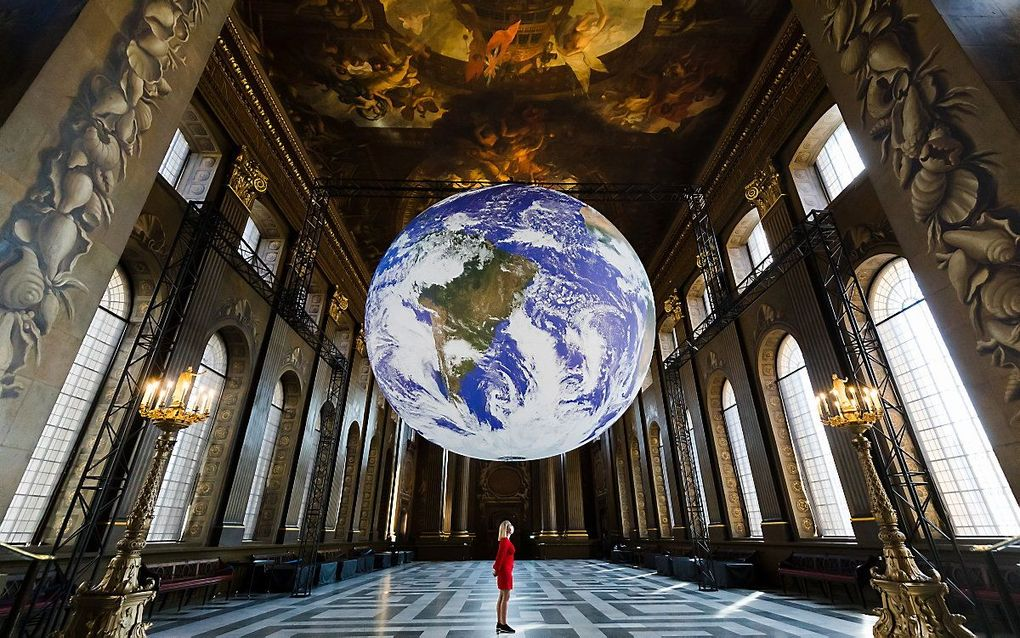 """Een enorme globe met de naam """"Gaia"""" in het Royal Naval College in Greenwich, Londen. Het van binnen verlichte, ronddraaiend gevaarte moet de bezoekers eenzelfde gevoel geven als astronauten die vanuit de ruimte naar de aarde kijken. beeld EPA, VICKIE FLORES"""