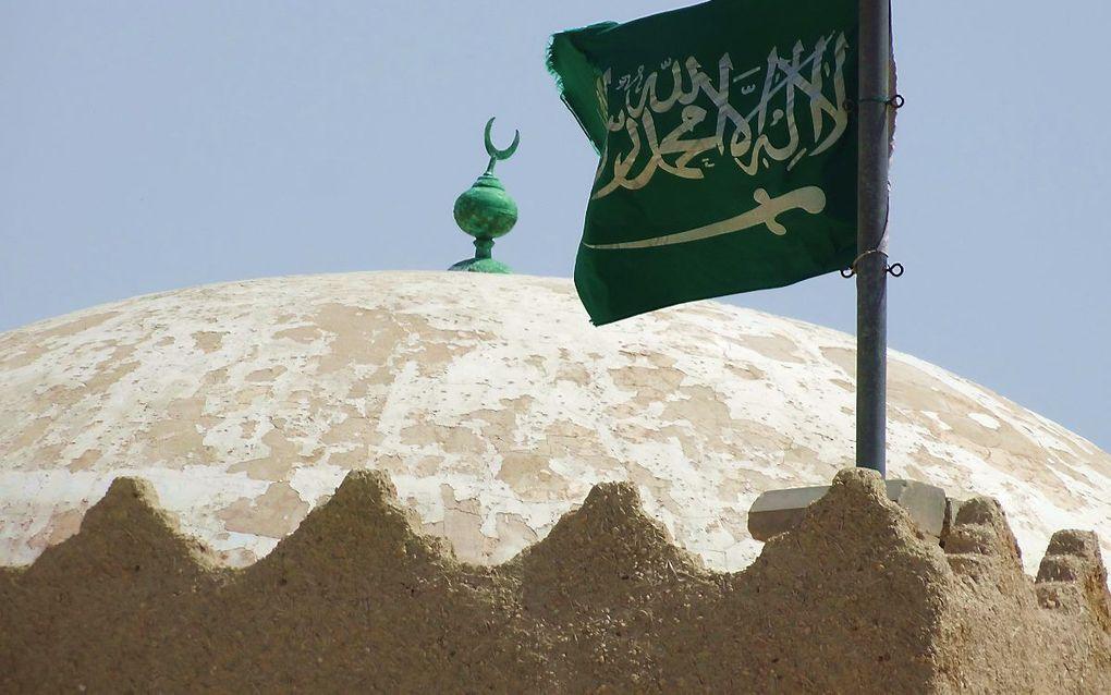 """""""Er is geen god dan Allah en Mohammed is zijn boodschapper"""", vermeldt de vlag van Saudi-Arabië. beeld Jacob Hoekman"""
