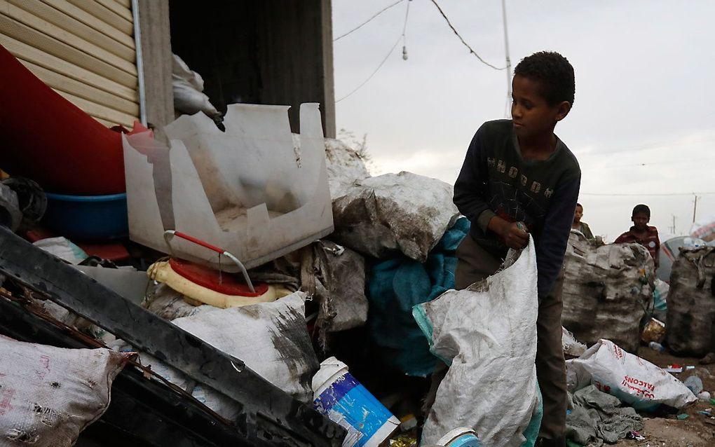 Een Jemenitisch kind werkt op een vuilnisbelt in Sana'a. beeld EPA, Yahya Arhab