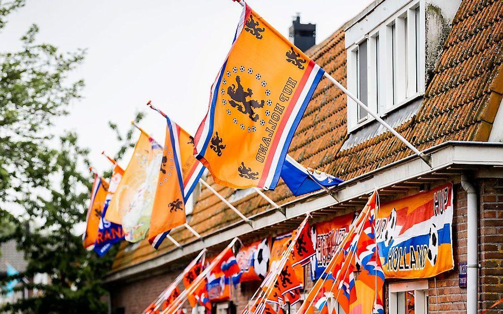De oranjekoorts leidt hier en daar tot geheel versierde woonwijken. beeld ANP. Remko de Waal