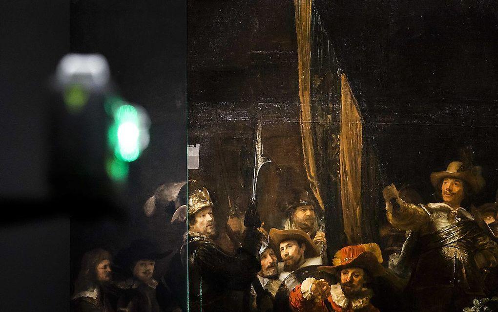 Dankzij een 17e-eeuwse kopie van De Nachtwacht is bekend hoe het volledige schilderij er oorspronkelijk uitzag. Het team van het Rijksmuseum leerde aan 'kunstmatige neurale netwerken' de schildertechniek en het kleurgebruik van Rembrandt. De computer kon vervolgens de ontbrekende delen namaken in de stijl van de meester. beeld ANP, Remko de Waal