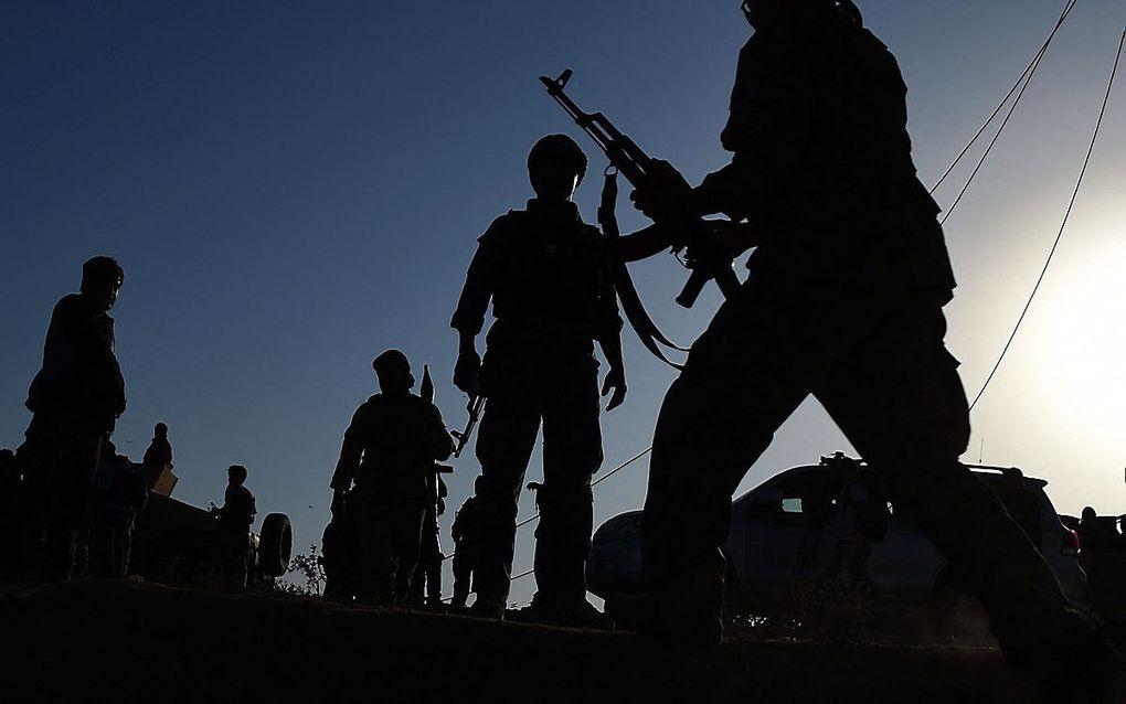 Afghaanse troepen bewaken een luchthaven, tijdens gevechten tussen de taliban en veiligheidsgroepen in Kunduz, 2015. beeld AFP, Wakil Kohsar
