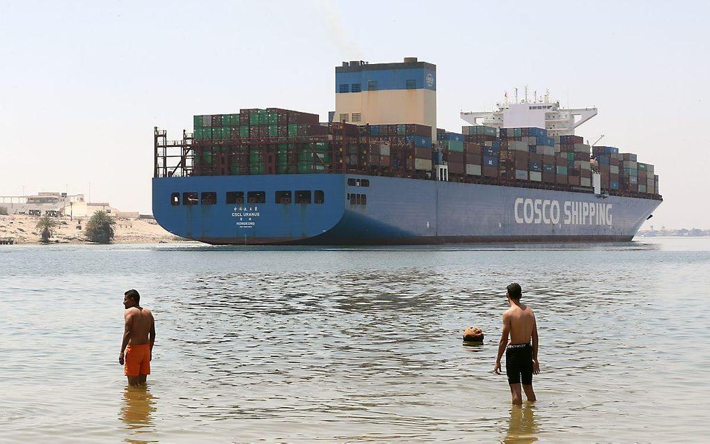 Een containerschip in het Suezkanaal. beeld EPA, Khaled Elfiqi