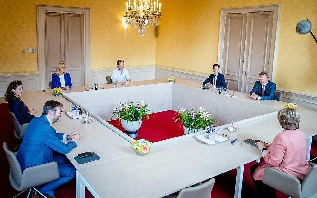 Zes onderhandelaars, drie van VVD en drie van D66, kwamen woensdag weer bijeen op de Kamer van informateur Mariëtte Hamer om te praten over hun vervolgopdracht: het  schrijven van een concept-regeerakkoord. beeld ANP, Bart Maat