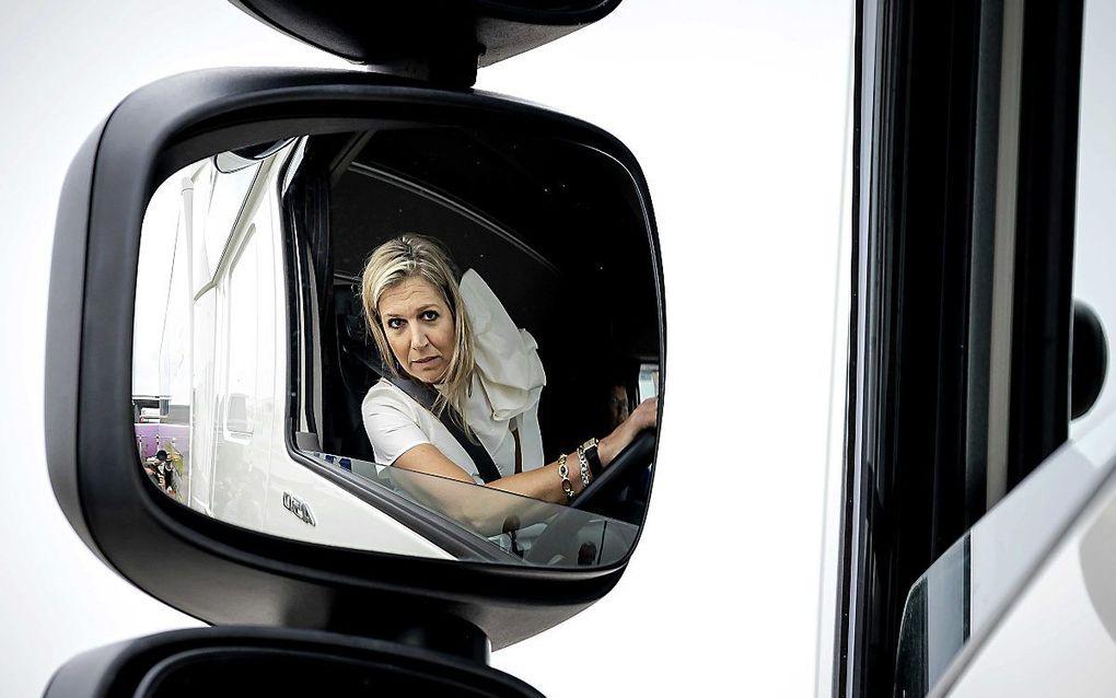 Koningin Máxima achter het stuur van een vrachtwagen. beeld ANP, Robin van Lonkhuijsen