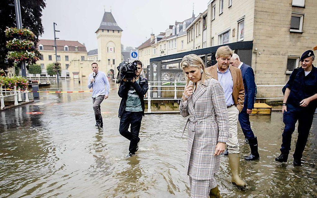 De koning en koningin donderdag in het centrum van Valkenburg. beeld ANP, Sem van der Wal