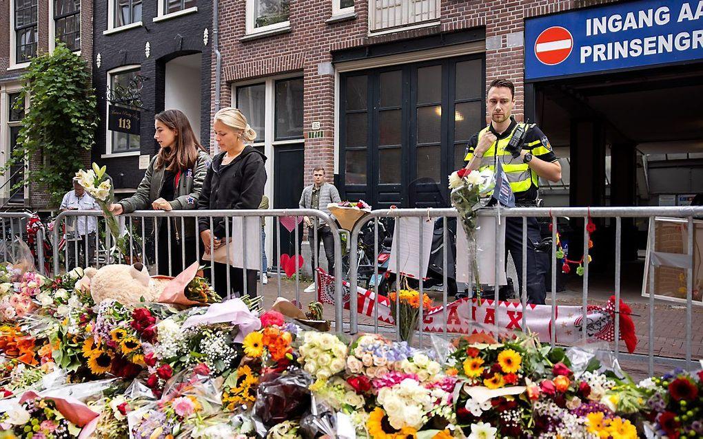 Bloemenzee voor Peter R. de Vries, op de plek waar hij werd neergeschoten in de Lange Leidsedwarsstraat in Amsterdam. De misdaadverslaggever overleed in het ziekenhuis. beeld ANP, Ramon van Flymen