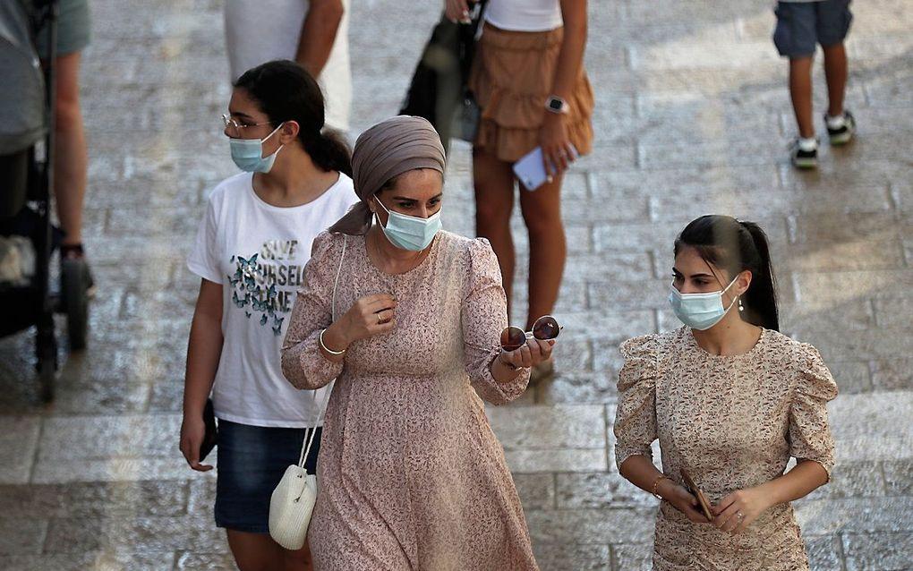 Joodse vrouwen in Jeruzalem dragen een mondkapje. beeld EPA, Atef Safadi
