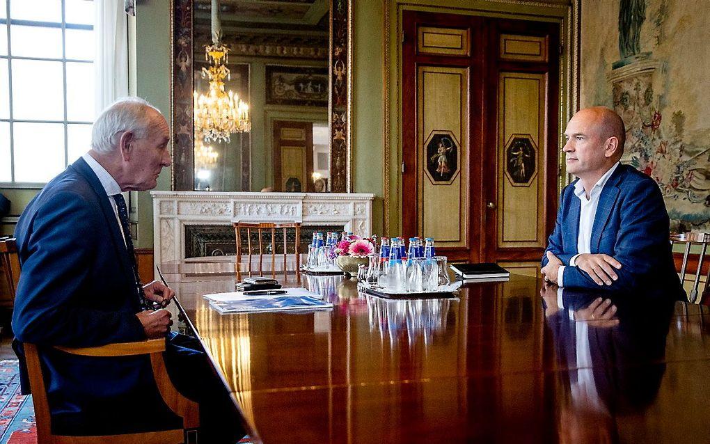 Informateur Johan Remkes en Gert-Jan Segers in de Stadhouderskamer voor een gesprek over de kabinetsformatie. beeld ANP, SEM VAN DER WAL