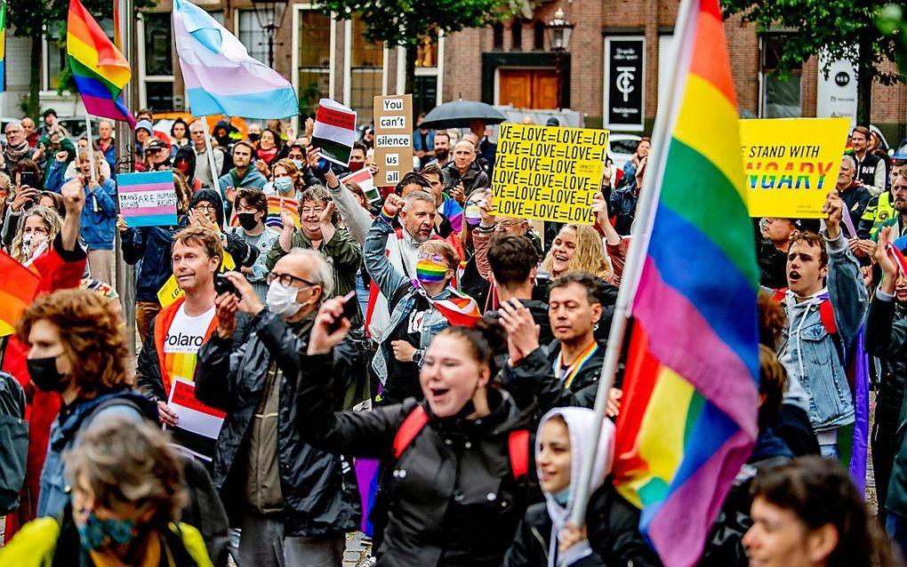 Actievoerders tijdens een demonstratie bij het Homomonument. De demonstranten eisen dat de Europese Unie actie onderneemt tegen een Hongaarse anti-LHBTI-wet. In de wet wordt voorlichting aan jongeren over homoseksualiteit en transseksualiteit verboden. ANP ROBIN UTRECHT