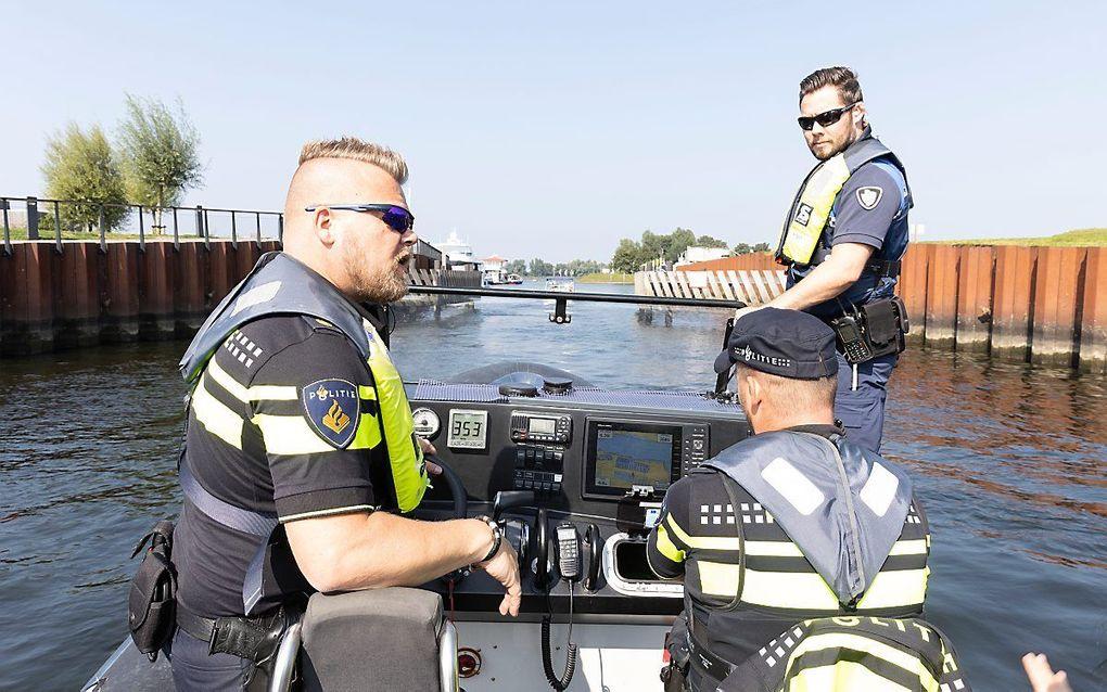 De handhavers op zoek naar overtreders in de Biesbosch. beeld RD, Anton Dommerholt