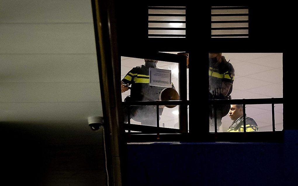 Agenten doen een poging om op het dak van de Tweede Kamer te komen waar activisten van natuurorganisatie Greenpeace zitten. beeld ANP ROBIN LONKHUIJSEN